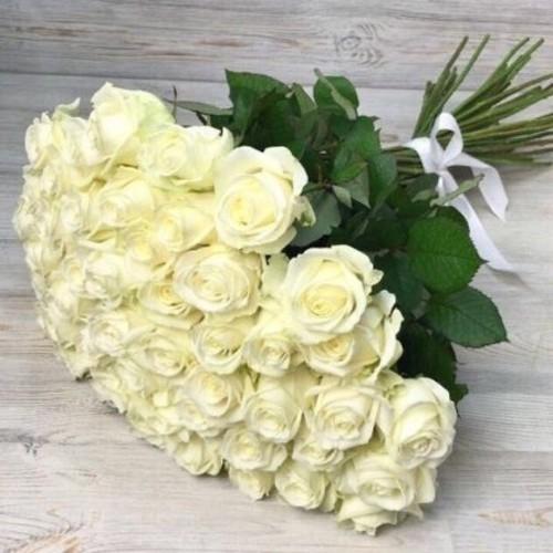 Купить на заказ Букет из 51 белой розы с доставкой в Лисаковске